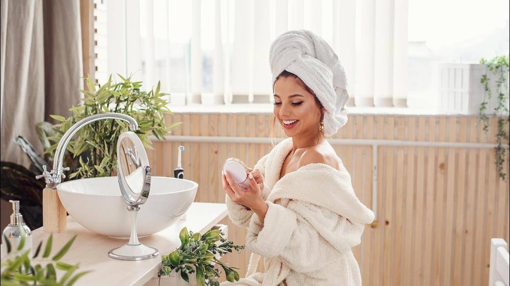 אישה יפה באמבטיה. ShutterStock