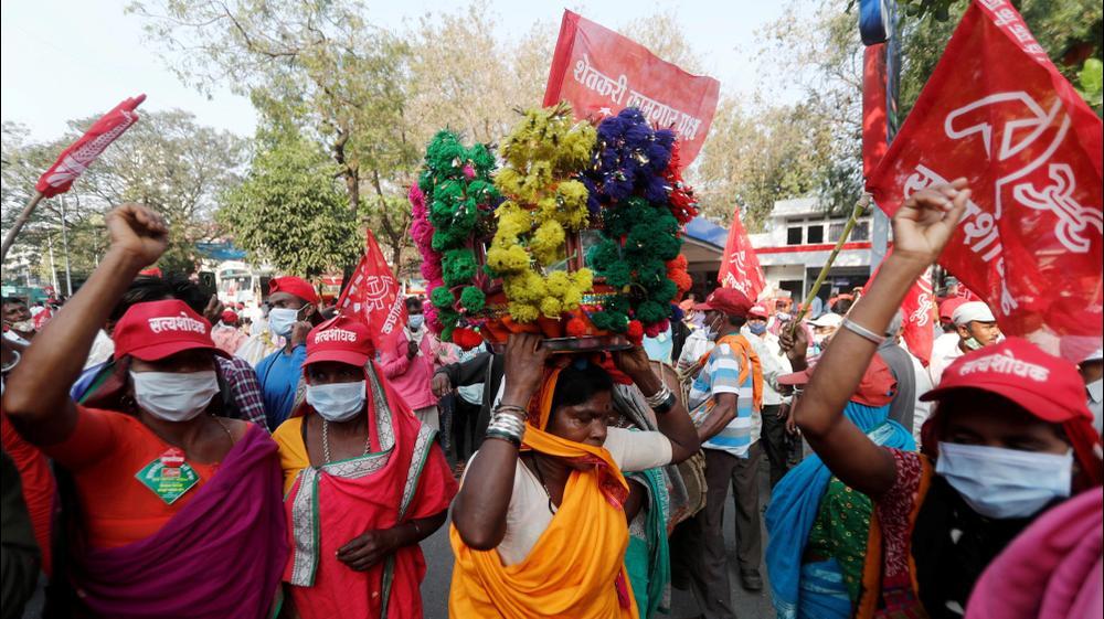 חקלאים מבצעים ריקוד עממי במהלך מחאה נגד חוקי חקלאות חדשים במומבאי, הודו. רויטרס