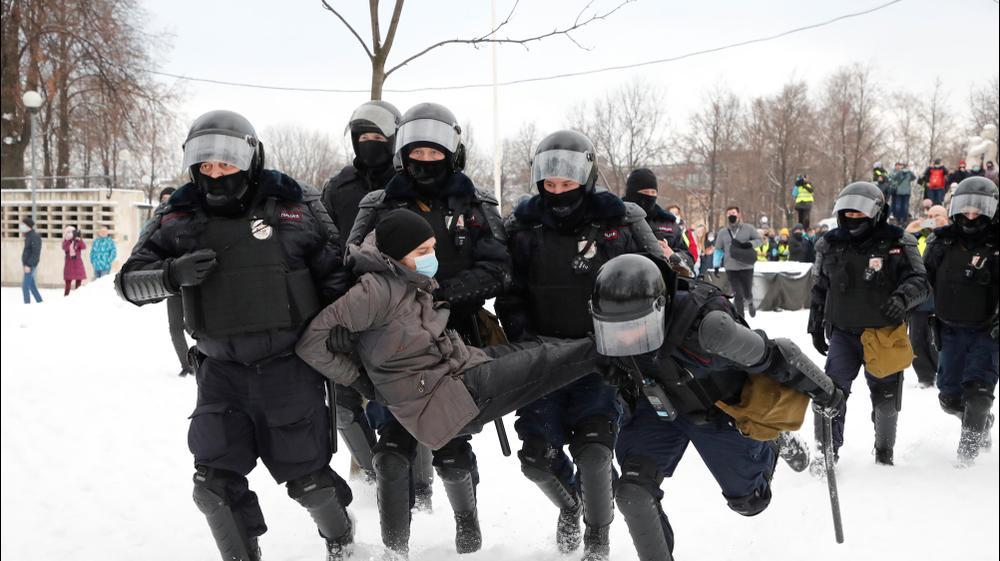 שוטרים מעכבים גבר במהלך עצרת תמיכה במנהיג האופוזיציה הרוסי הכלוא אלכסיי נבלני בסנט פטרסבורג, רוסיה. רויטרס