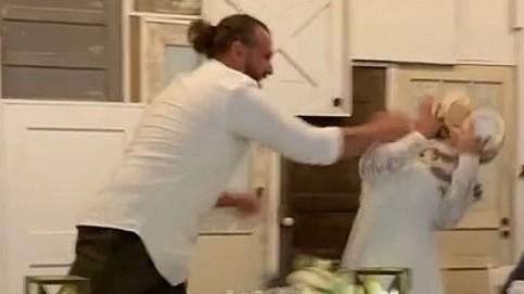 התגובה האלימה של החתן לבדיחה של הכלה. Tiktok/@kelsboyd3, צילום מסך