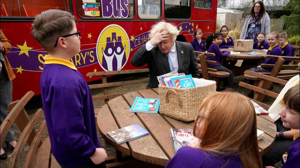 ראש ממשלת בריטניה בוריס ג'ונסון מצטרף לשיעור קריאה בחוץ, במהלך ביקור בבית הספר היסודי בסטוק און טרנט. רויטרס