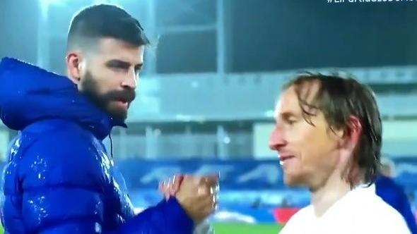 ג'רארד פיקה, לוקה מודריץ', ריאל מדריד נגד ברצלונה. מתוך שידור המשחק, צילום מסך