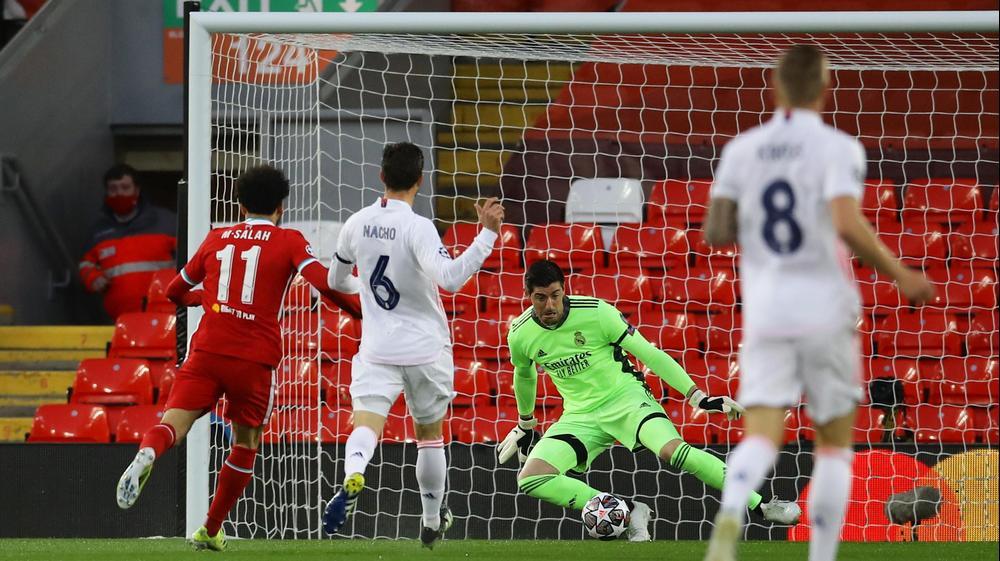 מוחמד סלאח שחקן ליברפול מול טיבו קורטואה שוער ריאל מדריד. רויטרס