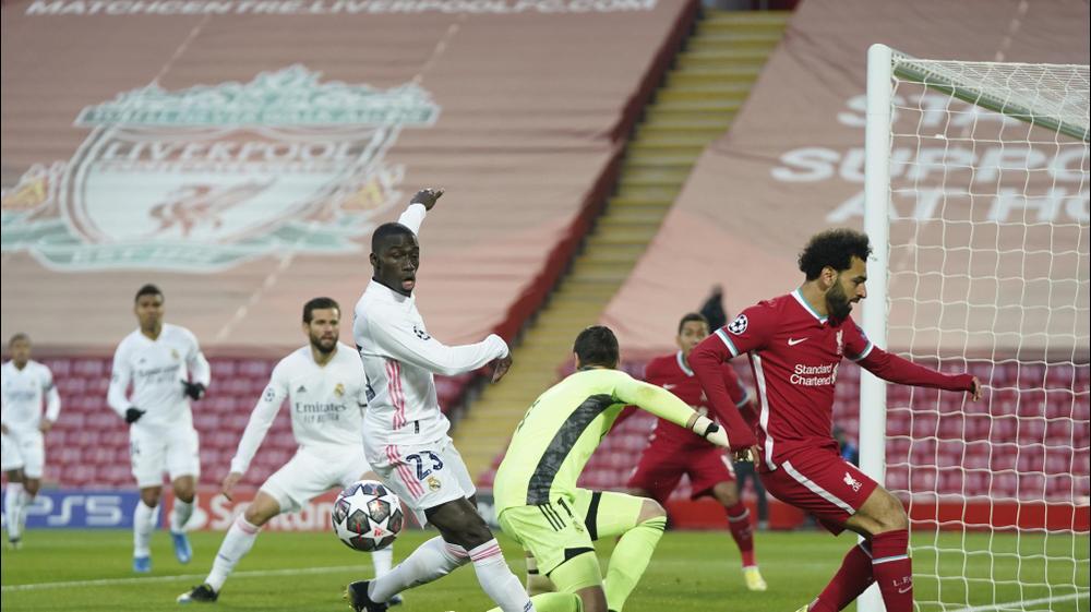מוחמד סלאח, ליברפול, מול שחקני ריאל מדריד פרלאן מנדי, טיבו קורטואה. Jon Super, AP