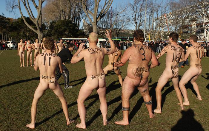 играть в голые и смешные парные женщины и мужики