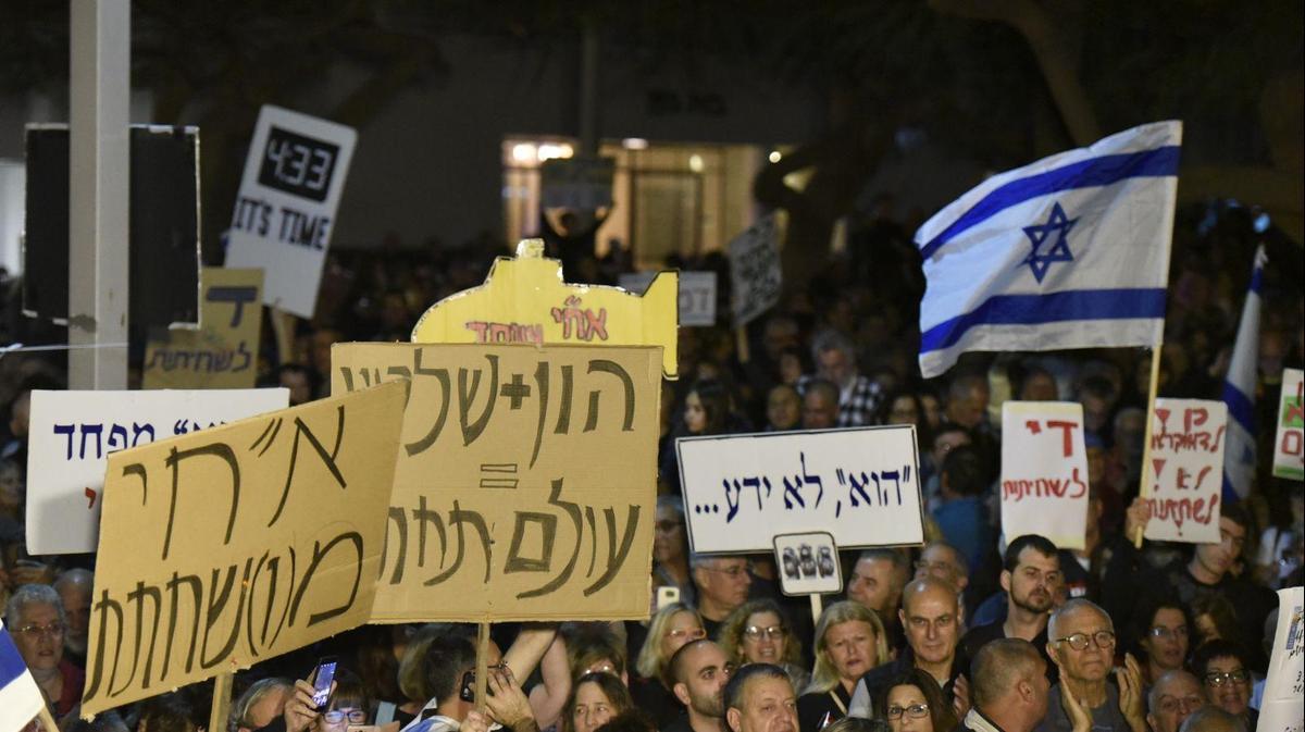 בהפגנות השמאל מרימים שלטים בבלפור: הבן זונה לא יודע .! וזה לא הסתה ? 2518886-46