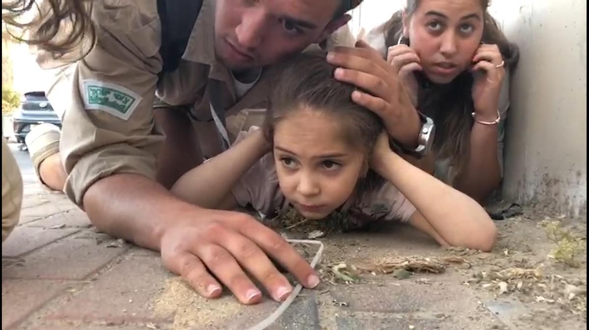 "Résultat de recherche d'images pour ""צעיר מגן בגופו ילדה בשדרות"""