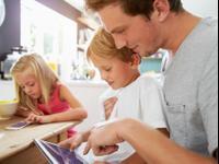 הורים וילדים מביטים במסכים בזמן ארוחה משפחתית. ShutterStock