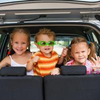 ילדים במושב האחורי של האוטו. ShutterStock