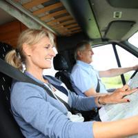 זוג נוסע באוטו ומנווט עם מפה. ShutterStock