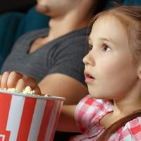 ילדה צופה בסרט