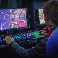 ילד משחק במשחקי מחשב ברשת