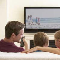 משפחה צופה בטלוויזיה