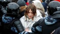 שוטרים עוצרים אישה במהלך הפגנת תמיכה במנהיג האופוזיציה אלכסיי נבלני, במוסקבה, רוסיה, 23 בינואר 2021. רויטרס