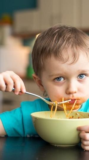 ילד כבן שנתיים אוכל ספגטי. ShutterStock