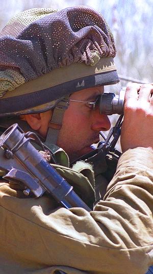 """חייל צה""""ל משקיף במשקפת על שטח דרום לבנון, מאי 2000"""