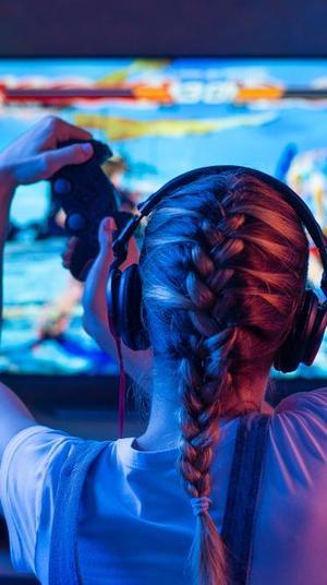 ילדה משחקת במשחק רשת