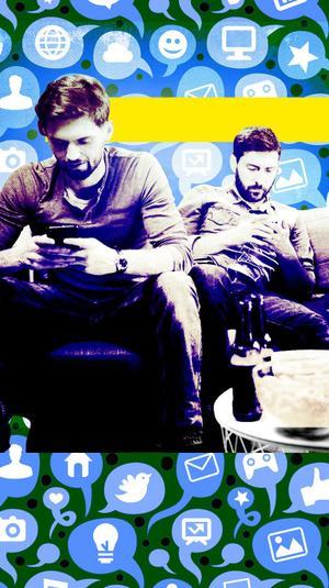 מסתכלים בטלפון וצופים במשחק כדורגל