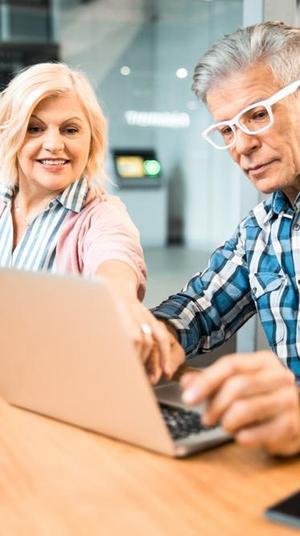 זוג בני הגיל השלישי גולש באינטרנט. ShutterStock