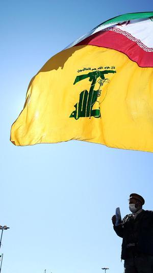 דגל חיזבאללה ואיראן באירוע לציון יום השנה ה-41 למהפכה האסלאמית בטהראן, איראן, 11 בפברואר 2020