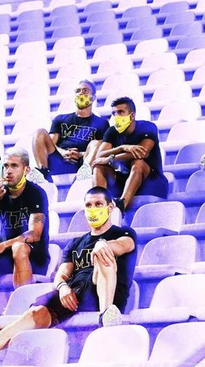 שחקני מכבי תל אביב ביציע לפני גמר גביע הטוטו מול בני סכנין