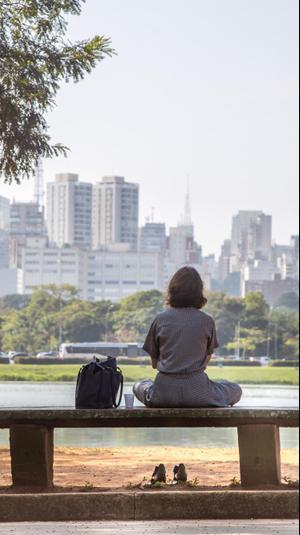 אישה יושבת על ספסל בברזיל