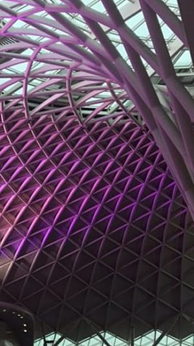 תחנת הרכבת קינגס קרוס לונדון מוארת בסגול