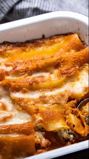 קנלוני תרד גבינות ועגבניות - אור בן אוליאל. צילום: אלון מסיקה, סטיילינג: ענת לבל,