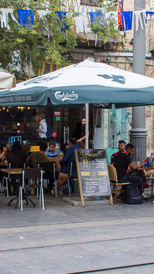 אנשים במסעדה שותים קרלסברג. ShutterStock