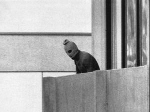 """אחד הטרוריסטים מארגון """"ספטמבר השחור"""" במהלך טבח הספורטאים באולימפיאדת מינכן, 1972"""