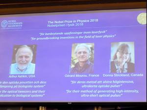 """""""מלקחיים אופטיים"""" - פרס נובל בפיזיקה הוענק לשלושה חוקרים שפיתחו יישומים פיזיקליים לכלים אופטיים"""