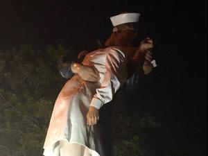"""ונדליזם בשם מחאת ה-#MeToo  פסל שבו שוחזרה תמונת המלח המנשק מסוף  מלה""""ע ה-2 הושחת בעיר סרסוטה בפלורידה"""