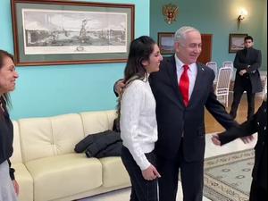 ראש הממשלה בנימין נתניהו ורעייתו שרה פגשו את נעמה  יששכר בנמל התעופה במוסקבה יחד עם אמה יפה. -, אתר רשמי