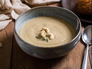 מרק קרם כרובית וקולרבי עם קשיו. אלון מסיקה