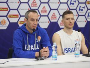 מאמן נבחרת ישראל עודד קטש עם גל מקל, מסיבת עיתונאים
