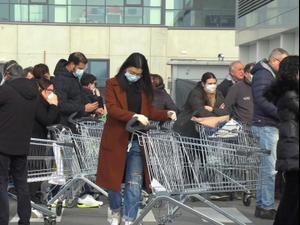 """המאבק בהתפשטות נגיף הקורונה: מספר הנדבקים באיטליה  ממשיך לעלות בקצב מהיר וחצה את המאה. שניים מהחולים מתו  סגר הוטל על המחוזות לומברדיה ווונטו, שבהם מתרכז הנגיף -  מחוזות שהם הלב התעשייתי של המדינה עם 30% מהתמ""""ג"""