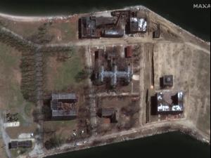 חפירת קברי אחים באי הארט בניו יורק בעקבות העלייה בשיעור התמותה מקורונה, 10 באפריל 2020