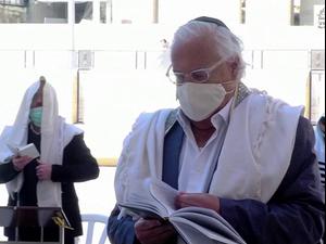 בניגוד להנחיות: השגריר האמריקני השתתף בתפילה בכותל