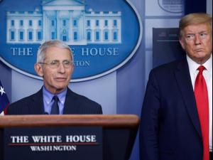 """נשיא ארה""""ב דונלד טראמפ יחד עם ד""""ר אנתוני פאוצ'י המנהל את כוח המשימה למאבק בקורונה, בבית הלבן בוושינגטון. ארצות הברית. 17 באפריל, 2020"""