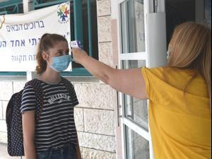 בדיקת חום בכניסה לבית הספר התיכון אחד העם בפתח תקווה 5 במאי 2020