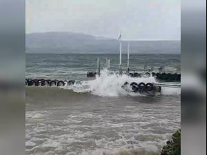 גלים בחוף עין גב כינרת סוערת בשל מזג האוויר החורפי. אין, אתר רשמי