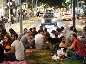 פתיחת המסעדות וברים ברחובות תל אביב. 27 במאי 2020 (צילום: ראובן קסטרו)
