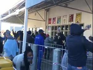 תורים בחנויות אלכוהול בדרום אפריקה אחרי שהוסרו הגבלות הקניה בקורונה