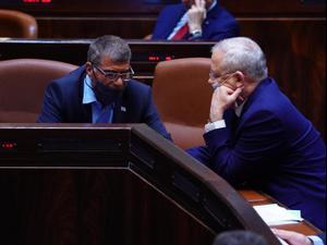 שר החוץ גבי אשכנזי ושר הביטחון בני גנץ במליאת הכנסת, 15 ביוני 2020