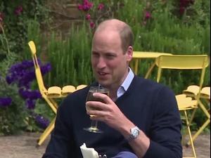 הנסיך וויליאם מבקר בפאב אנגלי שנפתח אחרי סגר קורונה. רויטרס