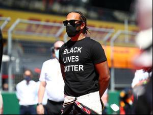 """לואיס המילטון נהג קבוצת מרצדס, פורמולה 1, מוחה נגד הגזענות עם חולצת """"חיי שחורים חשובים"""""""
