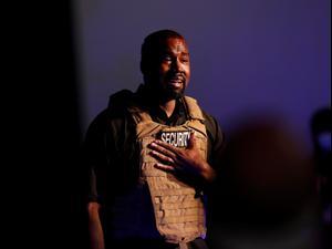בדמעות ועם אפוד צבאי קניה ווסט השיק את קמפיין הנשיאות שלו 20.7.20. רויטרס