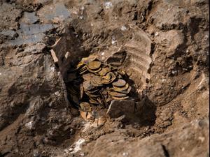 מטמון של 425 מטבעות זהב בני 1000 שנה נחשף ביבנה