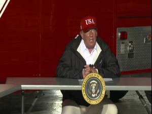"""טראמפ ביקר בלואיזיאנה אחרי פגיעת ההוריקן """"לאורה"""" 30.8.20"""