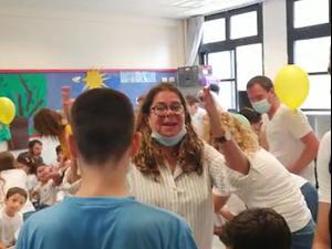 נכנסו לכיתה ויצרו עומס: התגודדות הורים בכיתה א' בבית ספר בגבעתיים  1.9.20